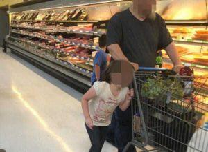 Жінка дістала телефон і сфотографувала чоловіка, коли зрозуміла, що він робив зі своєю дочкою