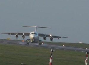 Вітер здув літак Air France з посадкової смуги. Жахливе відео