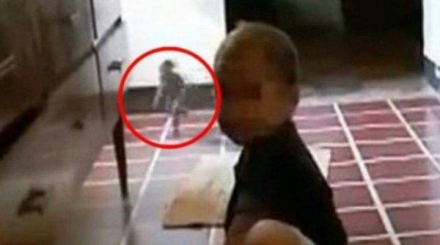 Мама знімала на відео, як дитина грається. Але неочікувано в об'єктив попало щось, що не піддається поясненню…