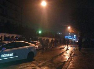 Поrляньте, що там робuться! Будинок Авакова атакував розлючений натовп, все в диму, чутно крики. ФОТО, ВІДЕО