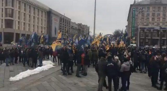 Що відбувається? На майдані у Києві зібралось багато людей. Фото + відео