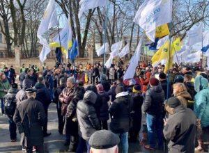 Почалось! У Києві люди масово виходять до Адміністрації Президента (фото+відео)