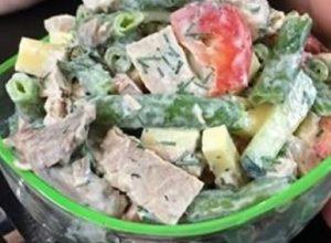 Смак цього м'ясного салату неможливо передати, це треба спробувати! Гості змітають його миттєво, просять добавки і рецепт!